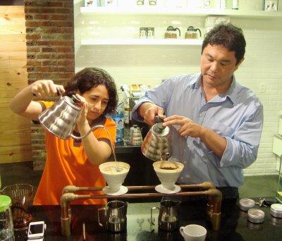 Danielly e Ensei mostrando como se usa o Hario V60. Foto: Thaís Praciano