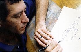 Glauco desenhando os personagens Geraldinho e Cachorrão.