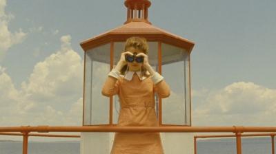 Suzy em plano simétrico característico de Wes Anderson.