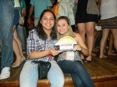 Gisele Peixoto e Alanna Karine com o trófeu. Foto: Sâmia Nogueira